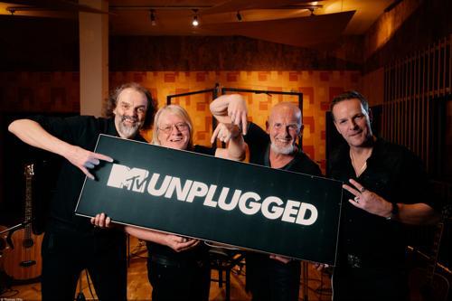 """Santiano präsentieren ein """"MTV Unplugged""""-Schild"""